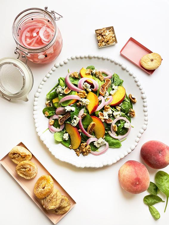 Κρεμμύδι Τουρσί σε Δροσερή Σαλάτα με Σπανάκι, Blue Cheese & Ροδάκινα